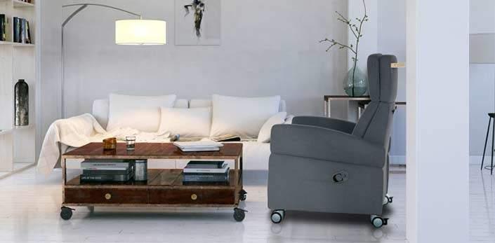 """Pflegesessel in modernem Ambiente. Ein schönes, zeitloses Möbel, dass nicht aussieht wie eine """"Pflege-Sitz-Maschine""""."""
