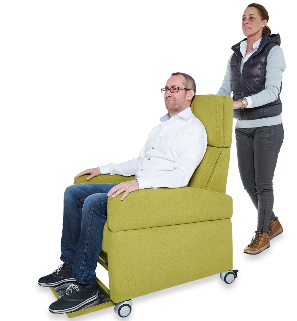 Rollstuhlfunktion mit Fußablage, auf die Bedürfnisse des kranken- / pflegebedürftigen Menschen angepasst.