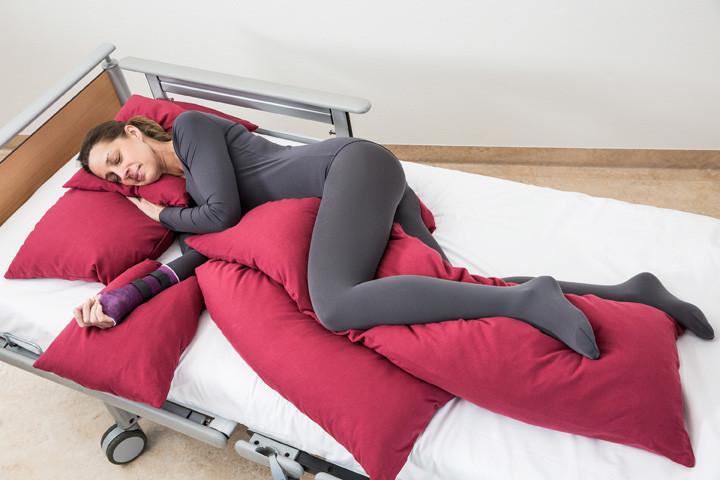 Pressefoto: Kranich ATP-Positionierungskissen. Hier: Kissen für Kopf-, Arm- und Beinablage
