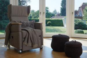 Pressefoto: Pflegesessel VIANDO+ dekorativ in private Wohnung / Heim / Klinik