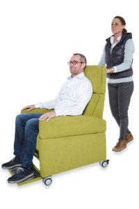 Pressefoto: Pflegesessel VIANDO+ in Funktion, Mobilität dank der Rollen