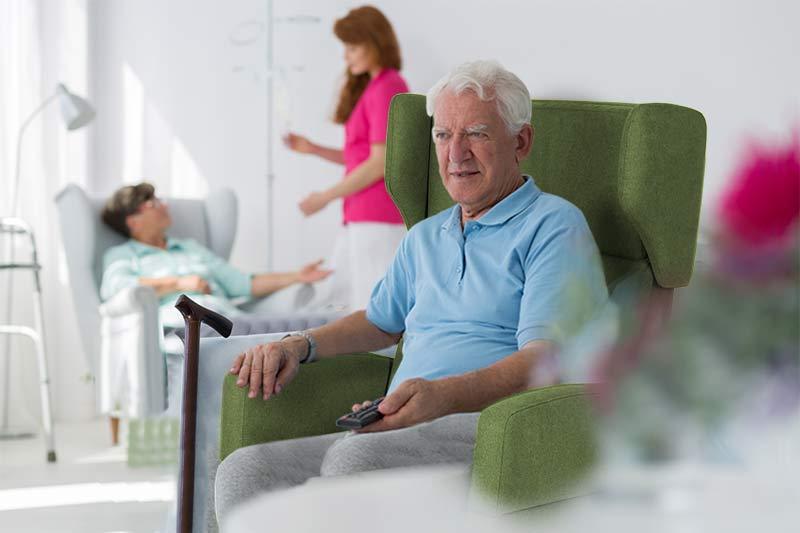Mann im VIANDO+ Pflegesessel privat, zuhause, im Pflegeheim / Seniorenheim oder in der Klinik