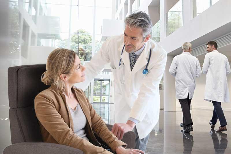pflegesessel VIANDOpflege mit Arzt und Patientin im Krankenhaus