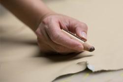 Pflegesessel Produktion, Qualitäts-Sicherung Leder Zuschnitt, handwerkliche Perfektion