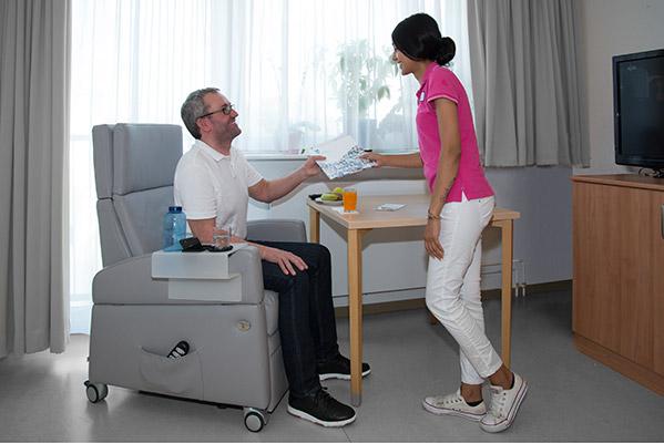 Aufstehsessel: Entspanntes und ermüdungsfreies Sitzen, stabiler als im Rollstuhl