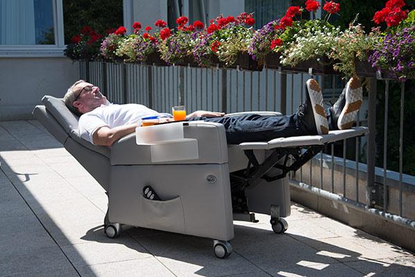 Pflegesessel VIANDOpflege®: Durch die Rollen und Liegefunktion erspart sich die Pflegekraft seit und Aufwand, und der Patient kann im Aufstehsessel lange sitzen- oder liegenbleiben.