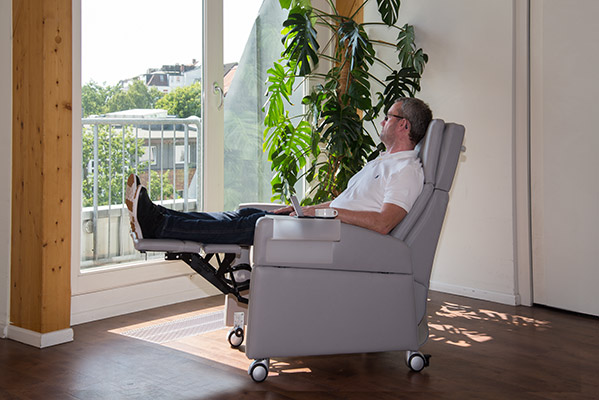 Seniorensessel / Aufstehsessel VIANDOpflege® bietet mit extralanger Beinauflage die angenehme Ruhelage: Sitzen mit hochgelegten Beinen / Füßen