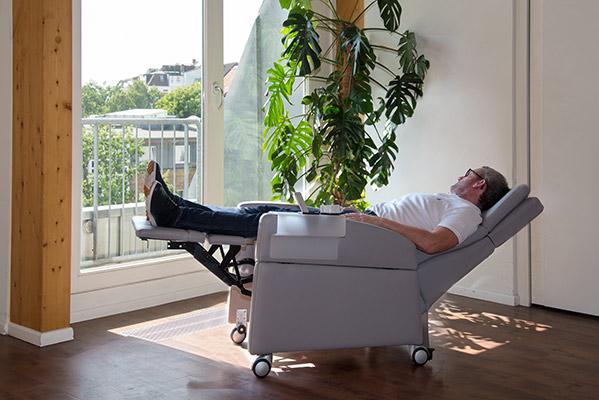 Reha-Sessel / Seniorensessel: Extra lange Beinauflage, Füße werden gestützt, Positionierung der Beine und Füße über dem Becken (0-Lage / Herz-Waage-Position)