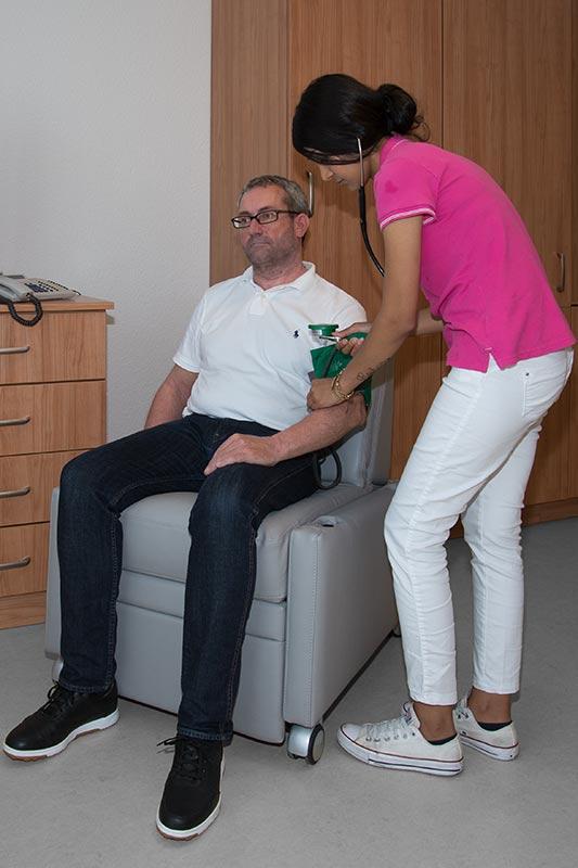 Pflegesessel VIANDOpflege® mit entfernten Armlehnen für die einfache Pflege und Behandlung