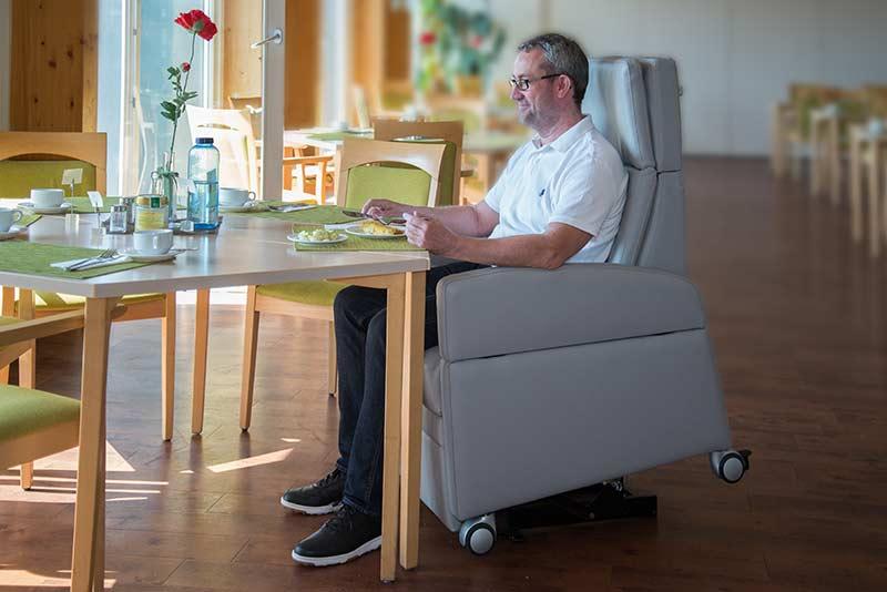 Der Pflegesessel erspart auch der Pflegekraft Zeit und Aufwand. Ohne Umsetzen vom Stuhl oder Rollstuhl auf dem Gesundheitssessel direkt zum Esstisch.