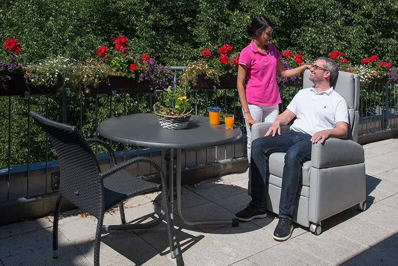 Aufstehsessel / Pflegestuhl: Dieses Hilfsmittel zum Sitzen und Liegen erspart dem Pfleger - der Pflegekraft - neben Zeit auch viel Kraft.
