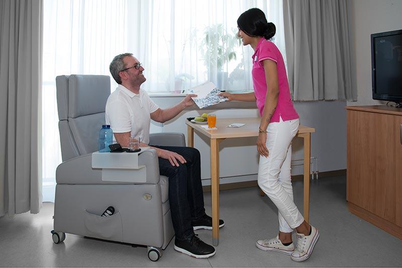 Pflegesessel / Aufstehsessel: Entspanntes und ermüdungsfreies Sitzen, Erleichterung in der Pflege, stabiler als im Rollstuhl, kein Umsetzen notwendig