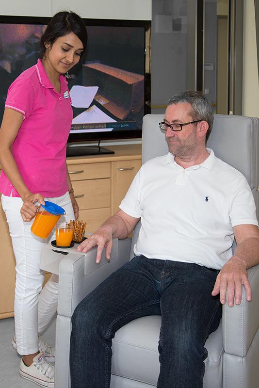 Älterer Mann im Pflegesessel VIANDOpflege® mit vielfältigem Zubehör, bequemes Sitzen und Hilfe für Pflegemitarbeiter