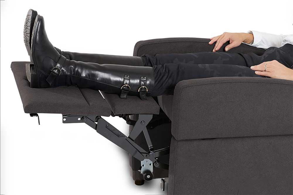 Aufstehsessel mit extra lange Beinauflage / Beinablage. Die Füße liegen auf der Auflage anstatt abzuknicken.