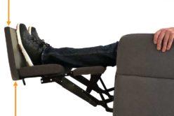 Fussteil in der Ruheposition des Pflegesessels aufklappbar als Hilfe bei Krämpfen in den Beinen